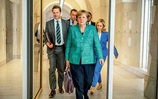 Τίποτα στην έκφραση της Γερμανίδας καγκελαρίου δεν προδίδει την ένταση των συνεδριάσεων που μόλις προηγήθηκαν, καθώς το βαυαρικό CSU βρέθηκε ένα βήμα πριν από την ανοικτή αμφισβήτηση της εξουσίας της, με αφορμή το προσφυγικό. Οι αντιπολιτευόμενοι Φιλελεύθεροι δεν έχασαν την ευκαιρία να ζητήσουν ονομαστική ψηφοφορία για το επίμαχο ζήτημα, την επαναπροώθηση (άγνωστο πού) ανθρώπων που περνούν τα γερμανικά σύνορα ενώ έχουν ήδη υποβάλει αίτηση ασύλου σε άλλη χώρα της Ε.Ε.
