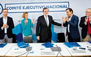 Ο τέως πρωθυπουργός της Ισπανίας Μαριάνο Ραχόι χειροκροτείται καθώς ανακοινώνει την αποχώρησή του από την προεδρία του Λαϊκού Κόμματος. Η μοίρα του Ραχόι σφραγίστηκε την περασμένη Παρασκευή, με την αποπομπή του από την πρωθυπουργία συνεπεία της καταδικαστικής απόφασης για το σύστημα διαφθοράς στο εσωτερικό του Λαϊκού Κόμματος.