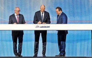 Ο διευθύνων σύμβουλος της Airbus Τομ Εντερς, υπό το βλέμμα του προέδρου της Aegean Airlines Ευτύχιου Βασιλάκη και του διευθύνοντος συμβούλου Δημήτρη Γερογιάννη, υπογράφει τη συμφωνία για την αγορά έως 42 αεροσκαφών A320 και Α321neo από την ελληνική αεροπορική εταιρεία. Πρόκειται για τη μεγαλύτερη επένδυση ιδιωτικής εταιρείας, αφού το ύψος της με βάση τις τιμές τιμοκαταλόγου μπορεί να φτάσει τα 5 δισ. δολάρια.