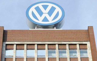 Συνολικά ο κλάδος των αυτοκινήτων σημείωσε απώλειες 3,5%, καταγράφοντας τη μεγαλύτερη πτώση των τελευταίων δύο ετών. Από τους μεγάλους χαμένους, η Volkswagen με πτώση 3,1% και η BMW με 2,9%.