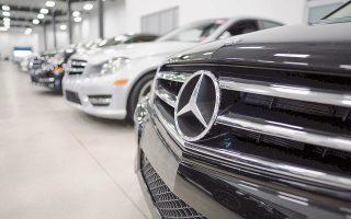 Η μετοχή της Daimler έκλεισε χθες με πτώση 0,94% εξαιτίας δημοσιεύματος της Bild, σύμφωνα με το οποίο οι γερμανικές αρχές εντόπισαν παράνομες συσκευές που παραποιούν τις εκπομπές αέριων ρύπων. Χθες το απόγευμα, οι γερμανικές αρχές ανακοίνωσαν την ανάκληση σχεδόν 800.000 Mercedes-Benz.