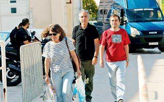 Η τέλεια ελληνική μικροαστική οικογένεια. Πρώτον, ο γιος είναι φτυστός ο πατέρας του· δεύτερον, είναι ισότιμοι, δηλαδή περπατούν μαζί, με την άνεσή τους και τα χέρια τους ελεύθερα· τρίτον και σπουδαιότερον –η άψευστη απόδειξη της ελληνικότητας–, η μητέρα προπορεύεται ζαλωμένη, αλλά ικανοποιημένη, όπως δείχνει το χαμόγελό της. Ισως επειδή εκείνη την ώρα συνειδητοποιεί ότι μεταφέρει την παράδοση των γυναικών της Πίνδου το 1940...
