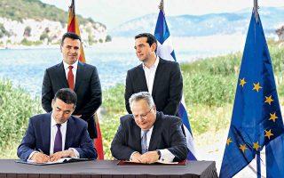Οι κ. Ντιμιτρόφ και Κοτζιάς υπογράφουν τη συμφωνία των Πρεσπών, παρουσία των κ. Ζάεφ και Τσίπρα, στο χωριό Ψαράδες, την περασμένη Κυριακή.