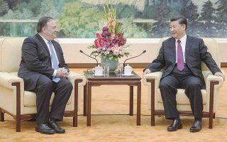 Ο Αμερικανός υπουργός Εξωτερικών Μάικ Πομπέο με τον Κινέζο πρόεδρο Σι Τζινπίνγκ χθες στο Πεκίνο.
