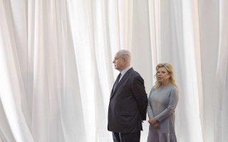 Ο Ισραηλινός πρωθυπουργός Μπέντζαμιν Νετανιάχου και η σύζυγός του Σάρα περιμένουν το πρωθυπουργικό ζεύγος της Αιθιοπίας κατά την πρόσφατη επίσκεψή του στην Ιερουσαλήμ.