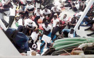 Πρόσφυγες και μετανάστες στοιβάζονται στο κατάστρωμα του πλοίου «Aquarius».