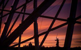 Ηλιοβασίλεμα στο Βόλγκογκραντ, μέσα από το γήπεδο, από όπου διακρίνεται το γιγάντιο άγαλμα της πόλης. © Joosep Martinson/Bongarts/Getty Images