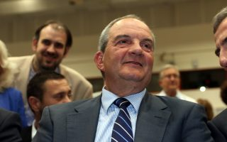Ο πρώην πρωθυπουργός Κώστας Καραμανλής παρακολουθεί από τη θέση του ομιλία κατά τη διάρκεια της ενημερωτικής εκδήλωσης του Οικονομικού Επιμελητηρίου με τίτλο «The Greek Political Economy: 2000-2015» , που πραγματοποιήθηκε στο Βελλίδειο συνεδριακό κέντρο. Θεσσαλονίκη, Δευτέρα 8 Μαΐου 2017 ΑΠΕ ΜΠΕ/PIXEL/ΣΩΤΗΡΗΣ ΜΠΑΡΜΠΑΡΟΥΣΗΣ