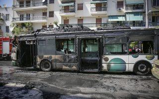 Πυρκαγιά σε αστικό λεωφορείο στη συμβολή των οδών Νιρβάνα και Αχαρνών στα Κάτω Πατήσια το Σάββατο 9 Ιουνίου 2018. Όλοι οι επιβάτες κατέβηκαν αμέσως και δεν υπήρξε κανένας τραυματισμός, ενώ από την πυρκαγιά έπαθε ζημιές και ένα Ι.Χ. αυτοκίνητο, το οποίο ήταν παρκαρισμένο δίπλα στο σημείο που τυλίχθηκε στις φλόγες το λεωφορείο.(EUROKINISSI/ΣΤΕΛΙΟΣ ΜΙΣΙΝΑΣ)