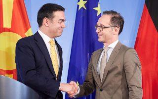 «Αν η Ε.Ε. δεν προωθήσει την ενταξιακή διαδικασία με τις χώρες αυτές, οι επιπτώσεις θα είναι τραγικές», δήλωσε ο Γερμανός ΥΠΕΞ Χάικο Μας (στη φωτ., δεξιά με τον ομόλογό του της ΠΓΔΜ Νίκολα Ντιμιτρόφ).
