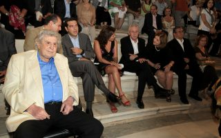 Ο Μουσικοσυνθέτης Μίκης Θεοδωράκης (Α) ο πρόεδρος της ΚΟ του ΣΥΡΙΖΑ Αλέξης Τσίπρας (2Α), ο πρόεδρος της ΔΗΜΑΡ Φώτης Κουβέλης (4Δ)  και ο ΓΓ του ΚΚΕ Δημήτρης Κουτσούμπας (2Δ), παρακολουθούν την καλλιτέχνη Μαρία  Φαραντούρη να ερμηνεύει τραγούδια στη σκηνή του Ηρωδείου κατά τη διάρκεια συναυλίας με αφορμή τον εορτασμό πενήντα χρόνων στο τραγούδι με τίτλο