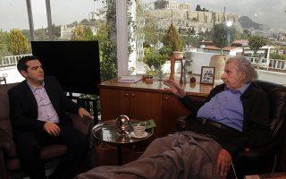 Ο πρωθυπουργός Αλέξης Τσίπρας γίνεται δεκτός από τον συνθέτη Μίκη Θεοδωράκη στην οικία του Μίκη, Αθήνα Τρίτη 24 Φεβρουαρίου 2015. Η συνάντηση έγινε προκειμένου να συζητήσει ο πρωθυπουργός με την εμβληματική προσωπικότητα της Αριστεράς το αποτέλεσμα των διαπραγματεύσεων των Βρυξελλών την προηγούμενη εβδομάδα. ΑΠΕ-ΜΠΕ/ΑΠΕ-ΜΠΕ/ΟΡΕΣΤΗΣ ΠΑΝΑΓΙΩΤΟΥ