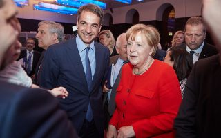 Ο Κυριάκος Μητσοτάκης με την Αγκελα Μέρκελ στη συνάντηση της κοινοβουλευτικής ομάδας του Ευρωπαϊκού Λαϊκού Κόμματος.