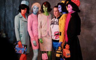 O Jeremy Scott μαζί με τα μοντέλα από το πρόσφατο σόου του μεταμορφωμένα σε εξωγήινους.