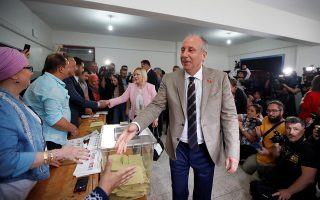 Muharrem Ince, presidential candidate of main opposition Republican People's Party (CHP), greets workers at a polling station in Yalova, Turkey June 24, 2018. REUTERS/Osman Orsal