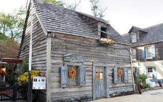 Στη φωτογραφία το πρώτο ξύλινο σχολείο που κατασκευάστηκε από τον Ιωάννη Γιαννόπουλο στην σημερινή επικράτεια των ΗΠΑ, στον Αγιο Αυγουστίνο, Φλόριντα.