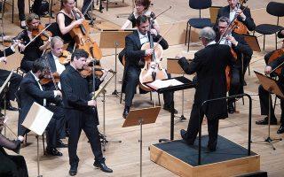 Ο Σίμος Παπάνας υπήρξε σολίστ στο δημοφιλές Κοντσέρτο για βιολί του Μέντελσον.
