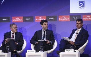 Ο αναπληρωτής διευθύνων σύμβουλος της Εθνικής Τράπεζας, Παύλος Μυλωνάς (δεξιά), μιλώντας στο συνέδριο του Economist για τα κόκκινα δάνεια ζήτησε την ταχύτερη έκδοση των δικαστικών αποφάσεων. Αριστερά του, ο αναπληρωτής υπουργός Οικονομικών Γ. Χουλιαράκης και ο επικεφαλής του ESM Κλ. Ρέγκλινγκ.