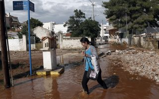 Κάτοικος περπατάει σε πλημυρισμένο δρόμο , στη  Μαγούλα, κοντά στην Αθήνα, Τετάρτη 27 Ιουνίου 2018.  ΑΠΕ-ΜΠΕ/ΑΠΕ-ΜΠΕ/ΓΙΑΝΝΗΣ ΚΟΛΕΣΙΔΗΣ