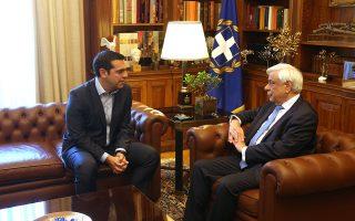 Ο Πρόεδρος της Δημοκρατίας Προκόπης Παυλόπουλος (Δ) μιλά με τον πρωθυπουργό Αλέξη Τσίπρα (Α) στη σημερινή τους συνάντηση στο Προεδρικό Μέγαρο, Παρασκευή 22 Ιουνίου 2018. Ο πρωθυπουργός ενημέρωσε τον Πρόεδρο για την χθεσινή απόφαση του Eurogroup. ΑΠΕ-ΜΠΕ/ΑΠΕ-ΜΠΕ/Αλέξανδρος Μπελτές