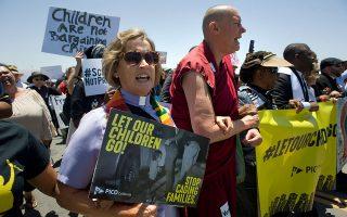 Ιερείς κάθε δόγματος συμμετείχαν στη διαδήλωση κατά της μεταναστευτικής πολιτικής του προέδρου Τραμπ στο Σαν Ντιέγκο της Καλιφόρνιας.