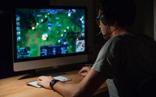 Η συντριπτική πλειονότητα των εθισμένων στα βιντεοπαιχνίδια στην Ελλάδα αποτελείται από νεαρούς άντρες που ξαγρυπνούν μπροστά σε μια οθόνη.