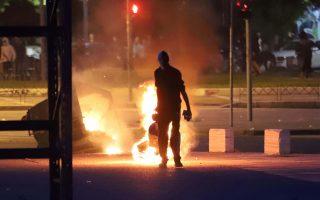 Διαδηλωτές έχουν βάλει φωτιά σε κάδους απορριμμάτων έξω από την ΔΕΘ, κατά την διάρκεια της εκδήλωσης που διοργανώνει ο ΣΥΡΙΖΑ Θεσσαλονίκης με θέμα τα οφέλη της συμφωνίας για το Μακεδονικό, Δευτέρα 25 Ιουνίου 2018. ΑΠΕ-ΜΠΕ/Pixel/STR
