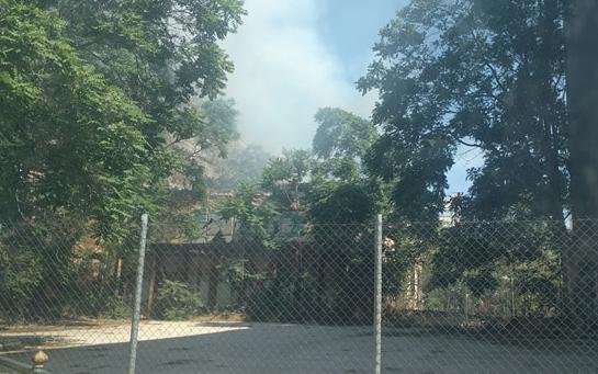 Φωτιά σε εγκαταλελειμμένο κτίριο, στο κέντρο της Αθήνας (φωτογραφίες)