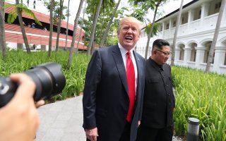 Μετά το γεύμα, Τραμπ και Κιμ περπάτησαν στον κήπο του ξενοδοχείου, με τους φακούς των φωτορεπόρτερ να τους «κυνηγούν» για μια καλή λήψη.