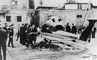 Ο Μακάριος επιθεωρεί το ελικόπτερο μέσα στο οποίο βρισκόταν όταν έγινε η δολοφονική απόπειρα εναντίον του, στις 8 Μαρτίου.