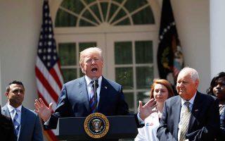 «Μην ξεχνάτε ότι μια αρνητική διάσταση της συμφωνίας για το Ιράν είναι ότι θα χάσουμε πολύ πετρέλαιο και πρέπει κάπως αυτό να το αντισταθμίσουμε», είπε ο κ. Τραμπ μιλώντας στο τηλεοπτικό δίκτυο Fox.