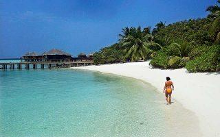 Τουρίστρια απολαμβάνει την ομορφιά των Μαλδίβων, που θα κινδυνεύσουν άμεσα με την αύξηση της θαλάσσιας στάθμης, όπως και άλλα νησιωτικά συμπλέγματα αλλά και παραθαλάσσιες περιοχές.