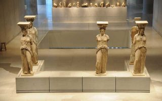 Μια ξενάγηση στα «Μυστικά των Καρυάτιδων» γίνεται στο Μουσείο Ακρόπολης.