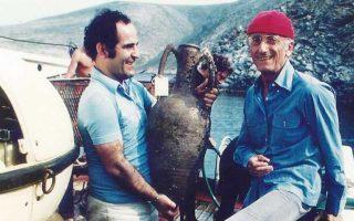Ο Λάζαρος Κολώνας (αριστερά) με τον Ζακ-Ιβ Κουστό, στη νήσο Δία, κρατώντας έναν αμφορέα που μόλις είχε βγει από τον βυθό.