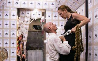 Οι τρεις ηθοποιοί δημιουργούν τη σκηνική δράση σε απόσταση αναπνοής από τους επιβάτες - θεατές.