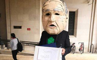 Την παραίτηση του Σκοτ Προύιτ γιόρτασαν μέλη περιβαλλοντικών οργανώσεων, όπως η Friends of the Earth.