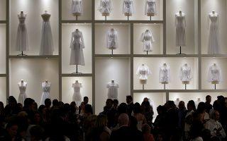 Τελειότητα. Με φόντο ένα λιτό και κομψό σκηνικό περπάτησαν τα μοντέλα που παρουσίασαν τις δημιουργίες για τον Οίκο Dior. Η ταλαντούχα σχεδιάστρια Maria Grazia Chiuri απέδειξε για άλλη μια φορά την αξία της. Στην φωτογραφία φόντο και κοινό λίγο πριν ξεκινήσει η επίδειξη για το φθινόπωρο-χειμώνας του 2018-19.  REUTERS/Regis Duvignau