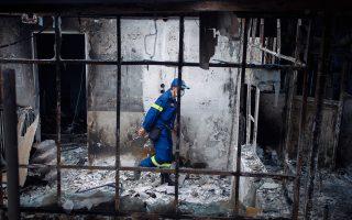 Κλιμάκια πυροσβεστών και στελεχών των Ενόπλων Δυνάμεων «χτενίζουν» σπίτια στις πληγείσες από τη φωτιά περιοχές σε αναζήτηση νεκρών και αγνοουμένων.