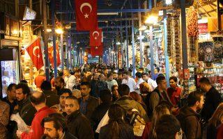 Οι επενδυτές προεξοφλούν πως η νομισματική πολιτική θα παραμείνει χαλαρή υπό τις οδηγίες του Ερντογάν, με αποτέλεσμα να ενταθούν οι πληθωριστικές πιέσεις.