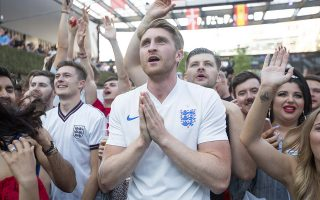 Η προσμονή. Είναι η στιγμή της παράκλησης έστω και αν δεν προσεύχεσαι ποτέ. Είναι η στιγμή που τάζεις τον ουρανό με τα άστρα. Είναι η στιγμή του πέναλτι. Η στιγμή που θα κάνεις τον παίκτη θεό ή θα τον καταριέσαι για πάντα. Στην φωτό φίλαθλοι της εθνικής ομάδας της Αγγλίας λίγο πριν το σουτ του Harry Kane εναντίον της Κολομβίας. EPA/RICK FINDLER