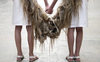 Δίδυμα. Δυο νεαρά κορίτσια ποζάρουν για τους φωτογράφους στην Tate modern. Το έργο, γιατί για έργο πρόκειται, είναι του Βραζιλιάνου καλλιτέχνη Tunga με τίτλο Xifopagas Capilares entre Nos (Capillary Xiphopagus among Us) θα εκτίθεται στην Tate μέχρι το τέλος του Αυγούστου.  EPA/WILL OLIVER