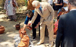 Στο πλαίσιο της πρόσφατης εκδήλωσης Cooking Like Minoans της πλατφόρμας Branding Heritage στην Κνωσό, o πρίγκιπας Κάρολος της Ουαλίας μυήθηκε στα μυστικά της μινωικής κουζίνας από τη δρα Μόρισον.