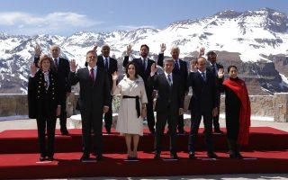 Οι ηγέτες των χωρών της Λατινικής Αμερικής ποζάρουν με φόντο τις χιονισμένες Ανδεις.