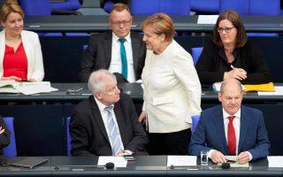Ο Ζεεχόφερ (αριστερά) αφήνει ανοιχτά όλα τα ενδεχόμενα αν δεν εφαρμοστεί η συμφωνία, ενώ η Αγκελα Μέρκελ διαβεβαιώνει με το μειλίχιο ύφος της πως όλα βαίνουν καλώς.