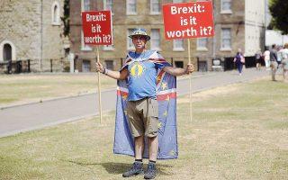 «Brexit: Αξίζει τον κόπο;» γράφουν τα πλακάτ του Στιβ Μπρέι, ακτιβιστή υπέρ της παραμονής στην Ε.Ε.