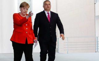 Η καγκελάριος Αγκελα Μέρκελ μοιάζει να δείχνει στον Ούγγρο πρωθυπουργό Βίκτορ Ορμπαν τον σωστό δρόμο, κατά τη συνάντησή τους στο Βερολίνο.
