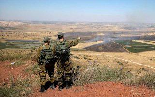 Ισραηλινοί στρατιώτες παρατηρούν την ελεγχόμενη από τη Συρία αποστρατιωτικοποιημένη ζώνη του Γκολάν.