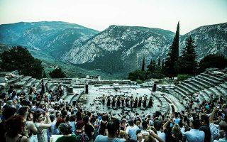 Στον ομφαλό της γης, ένα θέατρο μοναδικής ομορφιάς άνοιξε ύστερα από δεκαετίες σιωπής. Στο υπό αποκατάσταση από την Εφορεία Αρχαιοτήτων Φωκίδος Αρχαίο Θέατρο Δελφών, μπροστά σε περίπου 650 θεατές, παρουσιάστηκαν οι «Τρωάδες» του Ευριπίδη, σε σκηνοθεσία Θόδωρου Τερζόπουλου.