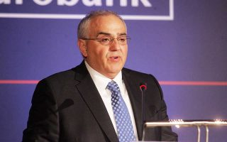 «Τα Δ.Σ. των ελληνικών τραπεζών στελεχώνονται τα τελευταία χρόνια κυρίως από ξένους επισκέπτες, ειδικούς στα χρηματοοικονομικά, αλλά με περιορισμένη γνώση του τοπικού περιβάλλοντος, της πελατείας και των συνθηκών της ελληνικής οικονομίας», τόνισε ο απερχόμενος πρόεδρος της Eurobank Νικόλαος Καραμούζης.