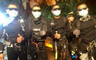Ενθουσιασμένοι οι σπηλαιοδύτες που συμμετείχαν στην προσπάθεια διάσωσης των δώδεκα αγοριών και του προπονητή τους από το πλημμυρισμένο σπήλαιο Ταμ Λουάνγκ, δείχνουν με τα χέρια τους ότι ο εφιάλτης πλέον πέρασε. Η επιχείρηση απεγκλωβισμού των δεκατριών, η οποία προκάλεσε παγκόσμιο ενδιαφέρον και συγκίνηση, στέφθηκε από απόλυτη επιτυχία. Οι μικροί ποδοσφαιριστές έγιναν αποδέκτες χιλιάδων μηνυμάτων αλληλεγγύης, όπως από τον Ντόναλντ Τραμπ, την Τερέζα Μέι και τον Λιονέλ Μέσι.